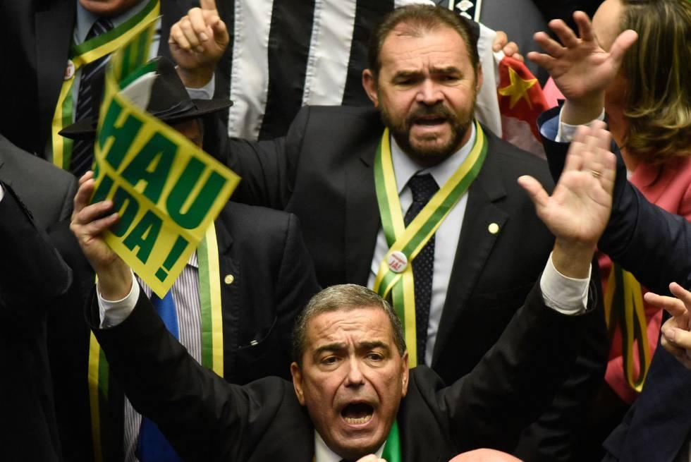 Deputados durante a votação do impeachment, neste domingo.