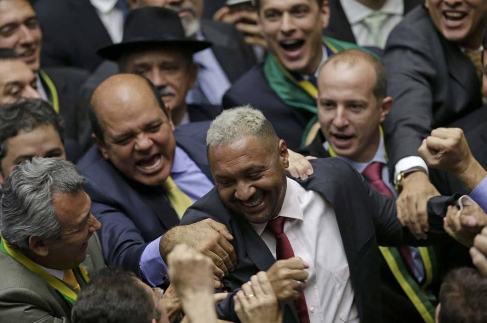"""Diputados conmemoran el """"sí"""" del diputado Tirica."""