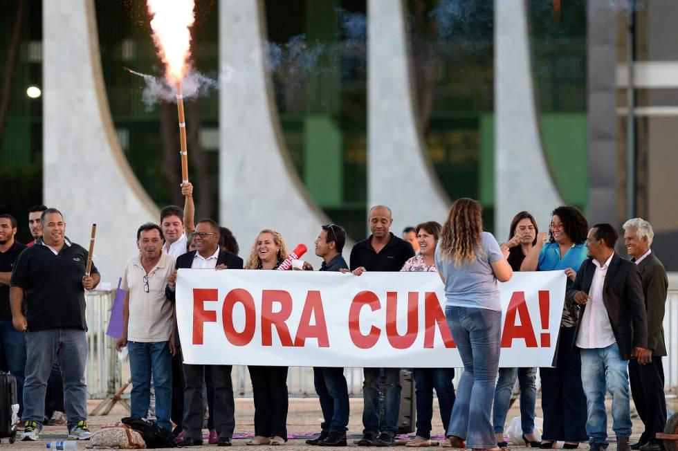 Manifestantes soltam fogos em frente ao STF.