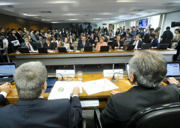 Comissão do Senado aprova relatório e Dilma está a um passo de ser afastada