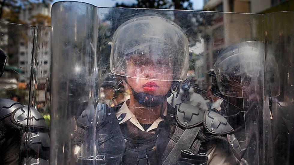 Policial da tropa de choque nas manifestações de 2014, no bairro abastado de Altamira, em Caracas.