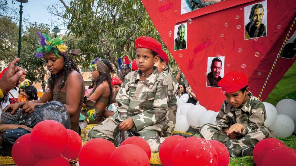 Meninos fantasiados no Carnaval de 2014, um ano depois da morte de Chávez.