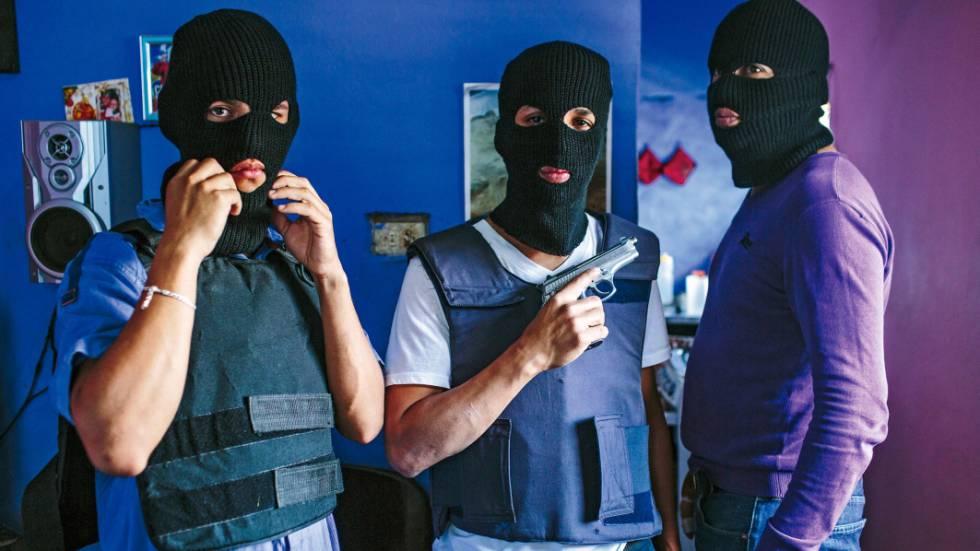 Quadrilha de sequestradores do violento bairro de Antimano, em Caracas, em um dos locais onde escondem suas vítimas.