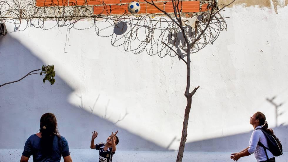Menino brinca em um parque no dia das últimas eleições.