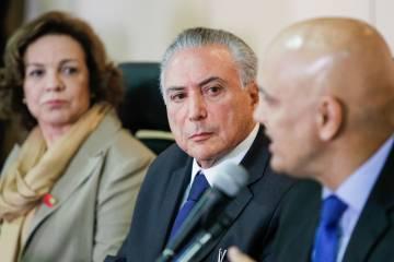 Temer, entre a secretária para as Mulheres, Fátima Pelaes, e o ministro da Justiça, Alexandre de Moraes.