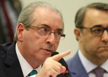 À beira da queda, Cunha cogita renunciar à presidência da Câmara
