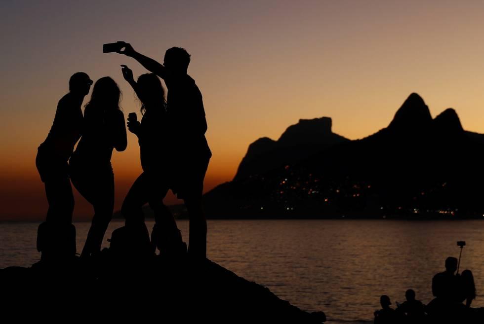 Grupo de amigos no Arpoador, no Rio de Janeiro.