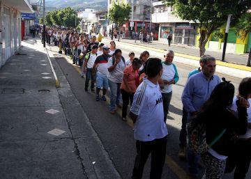 Arroz, farinha e óleo... a fronteira que separa a Venezuela da Colômbia