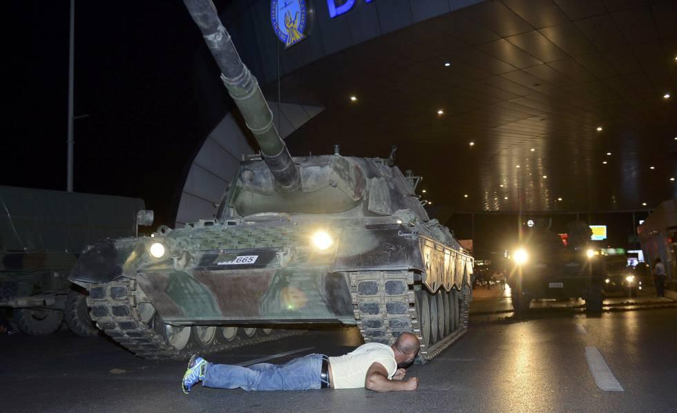 Homem se deixa diante de tanque em Istambul.