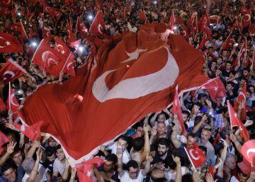 Erdogan faz expurgo político e militar na Turquia