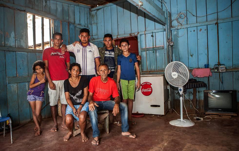 a família de Otávio das Chagas na casa alugada na periferia de Altamira, em novembro de 2014.