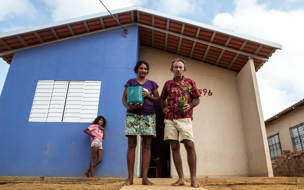 Otávio das Chagas e a mulher Maria numa unidade de Reassentamento Urbano Coletivo (RUC), na periferia de Altamira, em setembro de 2015, com as plantas que restaram