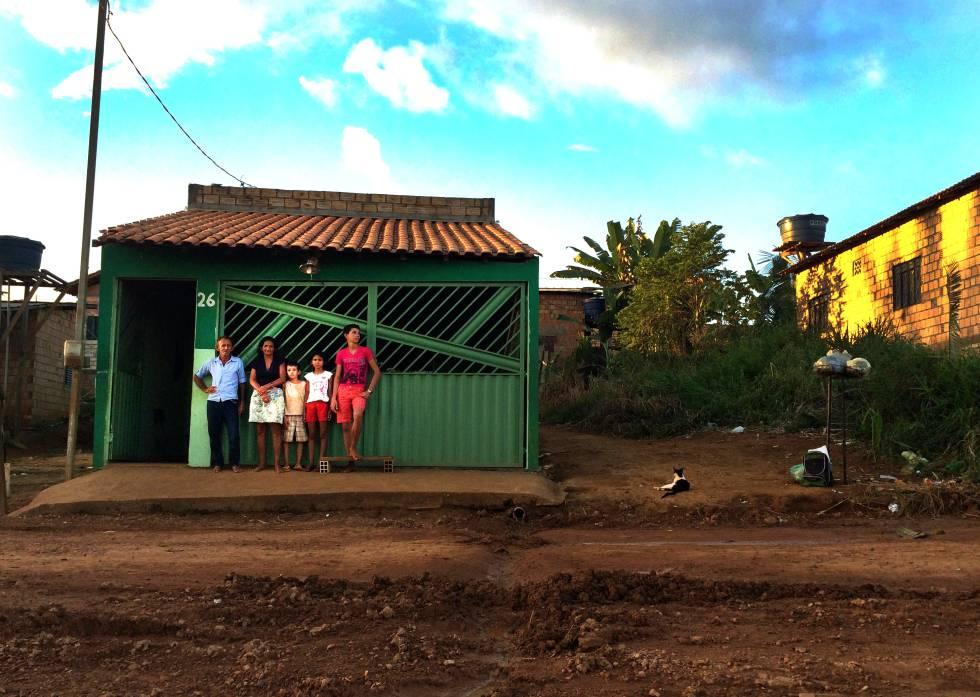 Otávio das Chagas, Maria e os filhos menores na casa doada por uma família austríaca que se comoveu com a história do pescador sem rio e sem letras, em julho de 2016