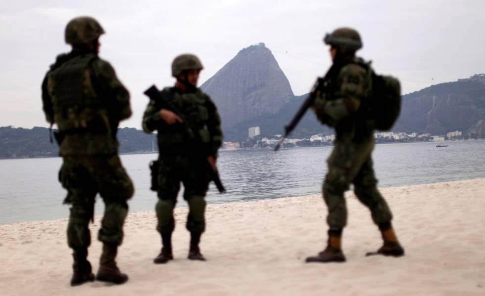 Soldados do ex�rcito brasileiro na praia do Flamengo, no Rio de Janeiro, nesta ter�a-feira.