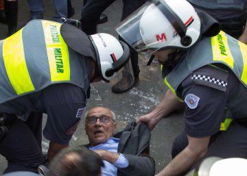 Suplicy, carregado por quatro policiais em protesto, inflama as redes