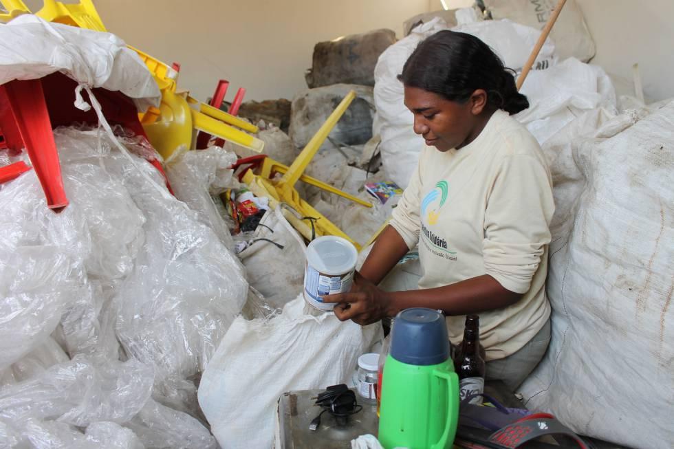 Jovem trabalha em cooperativa de reciclagem