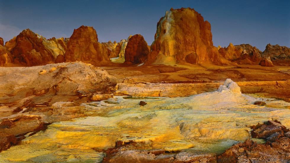 Formações hidrotermais no topo do Dallol, uma mistura de água quente, magma e minerais. O ar cheira a enxofre e, ao amanhecer, a temperatura ultrapassa os 30 graus.