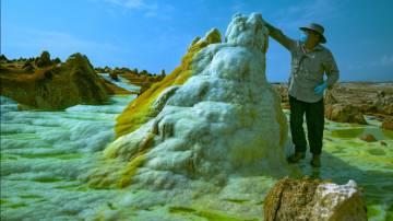 O professor García-Ruiz, autor desta reportagem, coleta água a mais de 100 graus em uma chaminé hidrotermal.