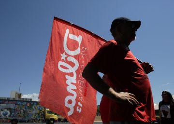 Hombre con bandera de Dilma Rousseff en Brasilia.
