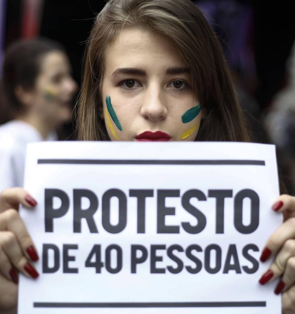 """Manifestante brinca com frase de Temer de que protestos desta semana eram """"40 pessoas quebrando carros"""""""
