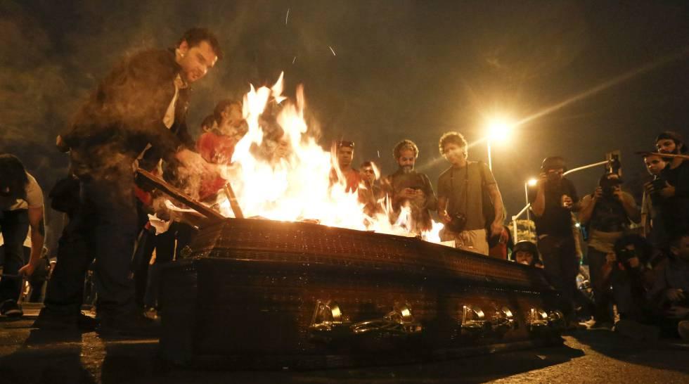 No final do ato, no Largo da Batata, manifestantes queimaram um cartaz simbolizando a democracia.