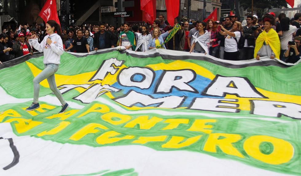Os manifestantes levaram faixas pedindo a saída do peemedebista do Governo.