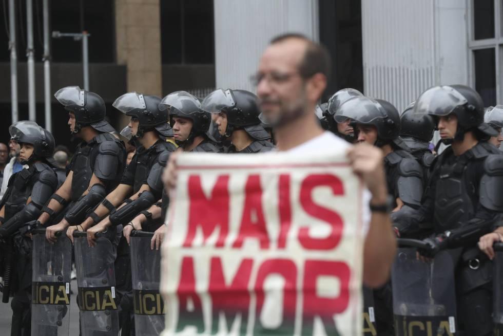 No final, quando o ato já se dispersava, a polícia atirou bombas de gás nos manifestantes.