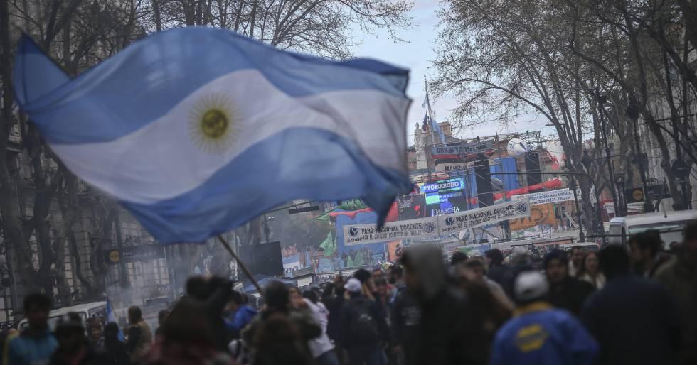 """Argentinos protestam contra """"tarifaço""""."""