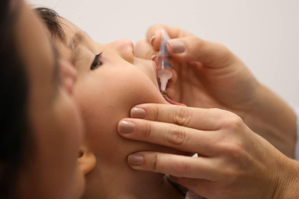 Criança é vacinada na rede pública de Brasília.