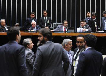 Com jogo duplo do Governo, Câmara desiste de votar nova lei de repatriação
