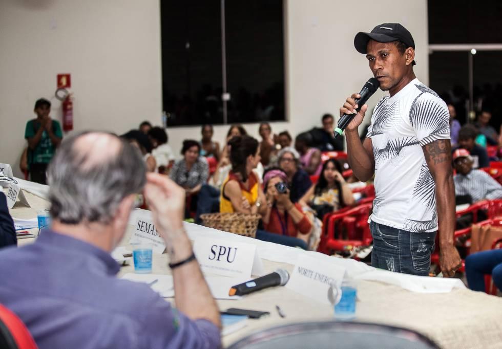 O ribeirinho Gilmar Gomes desabafa diante do representante da Norte Energia, concessionária de Belo Monte.