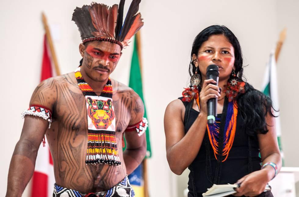 Bel Juruna, ao pedir um minuto de silêncio pela morte do indígena de sua aldeia.