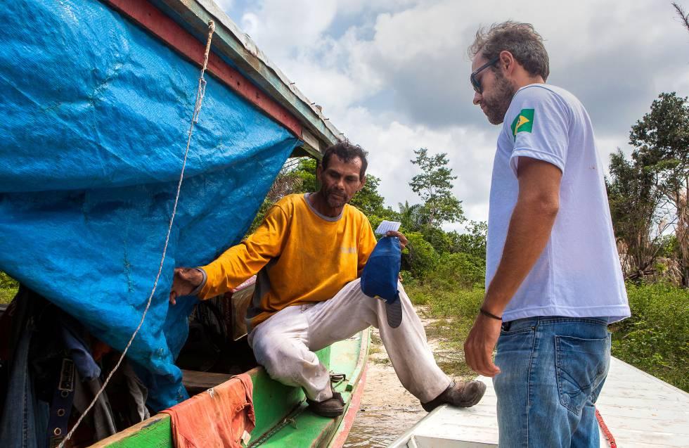 O ribeirinho Fernando da Silva e o chefe do escritório do IBAMA em Altamira, Hugo Loss, no reservatório de Belo Monte.