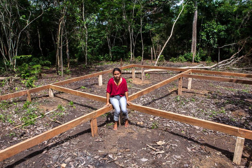 A ribeirinha Deucilene Gomes da Silva tenta reconstruir a vida, mas tem medo de ser expulsa da terra em que foi reassentada.