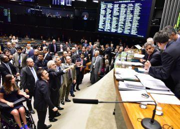 Câmara decide adiar a votação que pode anistiar o crime de caixa 2