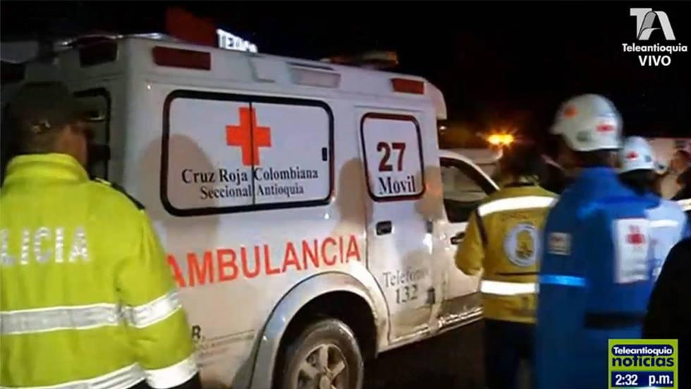 Serviços de emergência trabalham no lugar do acidente. Captura da Televisão de Antióquia