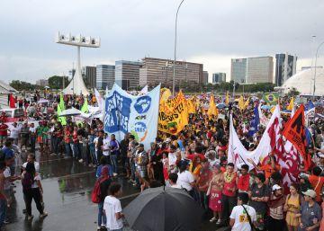 Em dia de protestos em Brasília, Congresso vota PEC e medidas contra a corrupção