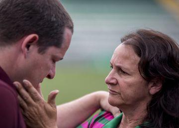 A mãe do goleiro Danilo reconfortou os jornalistas na Arena Condá
