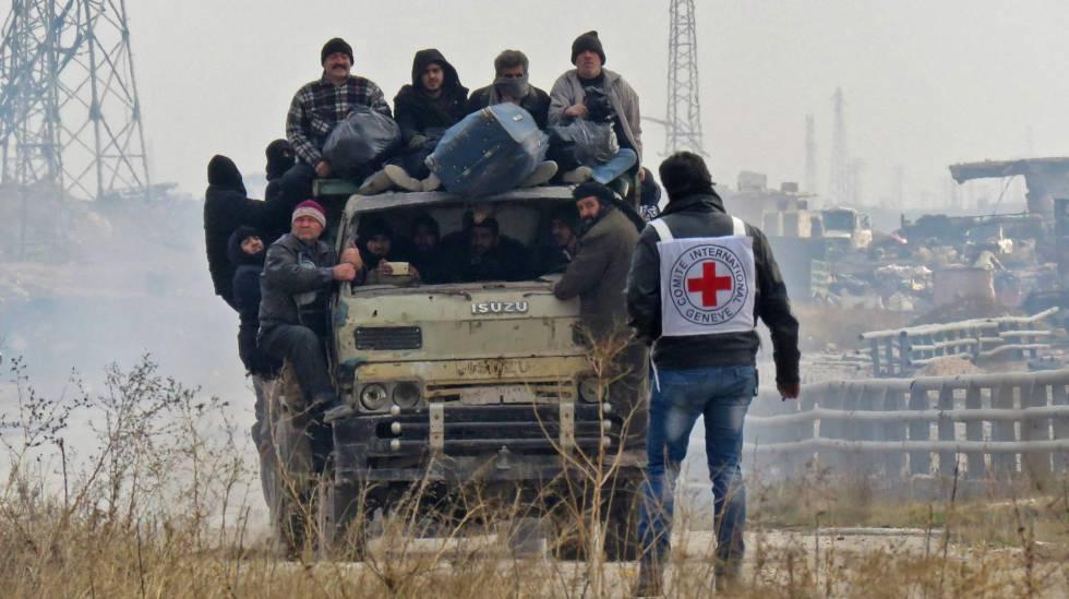 Civis lotam um veículo para ser retirados do leste de Aleppo nesta sexta-feira
