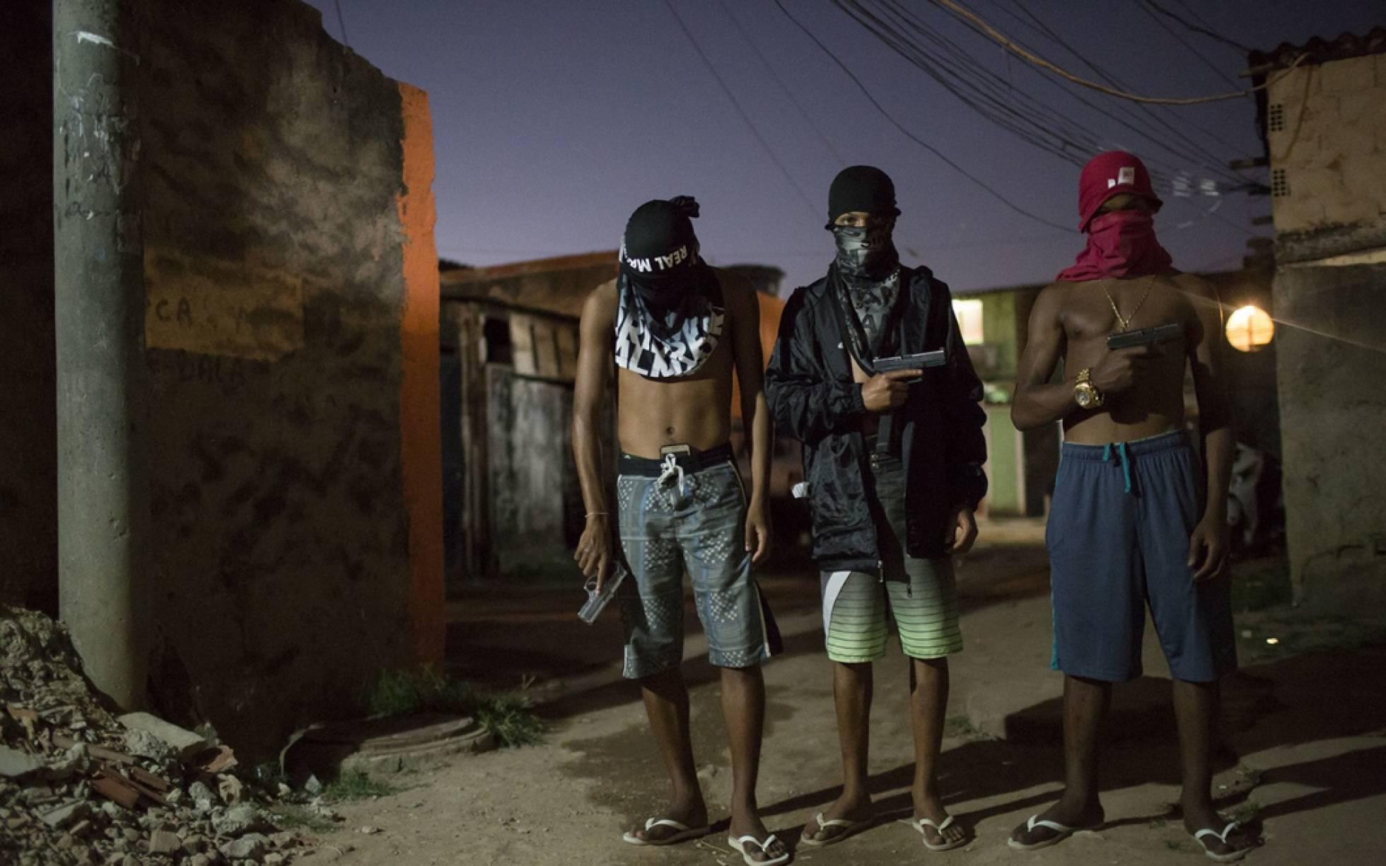Jovens traficantes de uma favela do Rio.