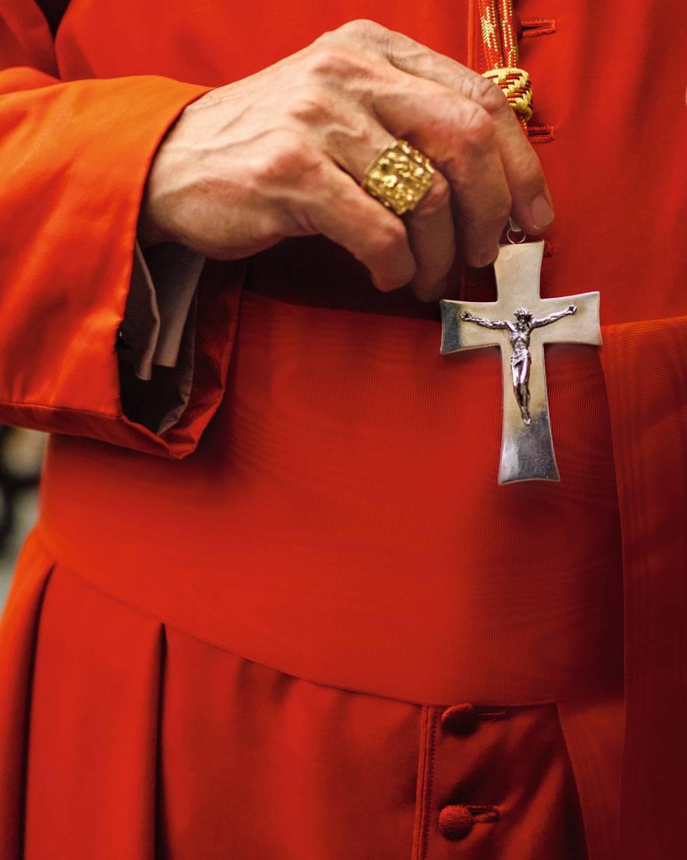 O arcebispo de Madrid,Carlos Osoro, com a roupa de gala de cardeal e o anel de príncipe da Igreja, presente do Papa.