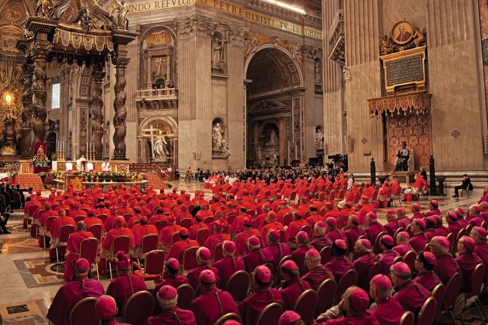 O colégio cardinalício e os bispos assistem o consistório de Francisco e a nomeação dos 17 novos príncipes da Igreja na basílica de São Pedro.