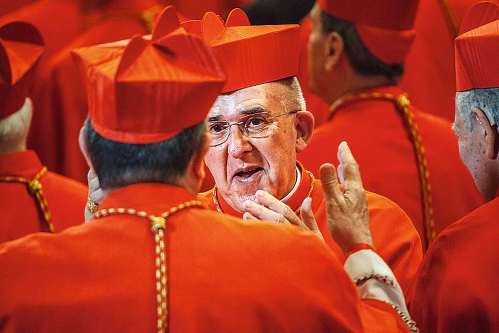 O arcebispo de Madrid saúda seus pares.