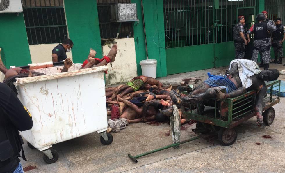 Policiais retiram corpos do Compaj.