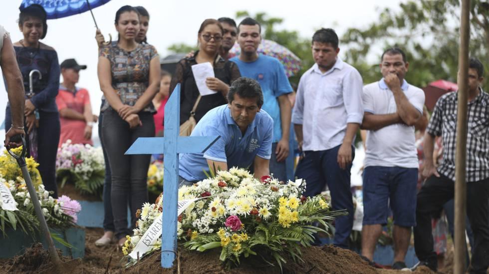 Enterro de um dos 56 corpos de presos assassinados em Manaus.