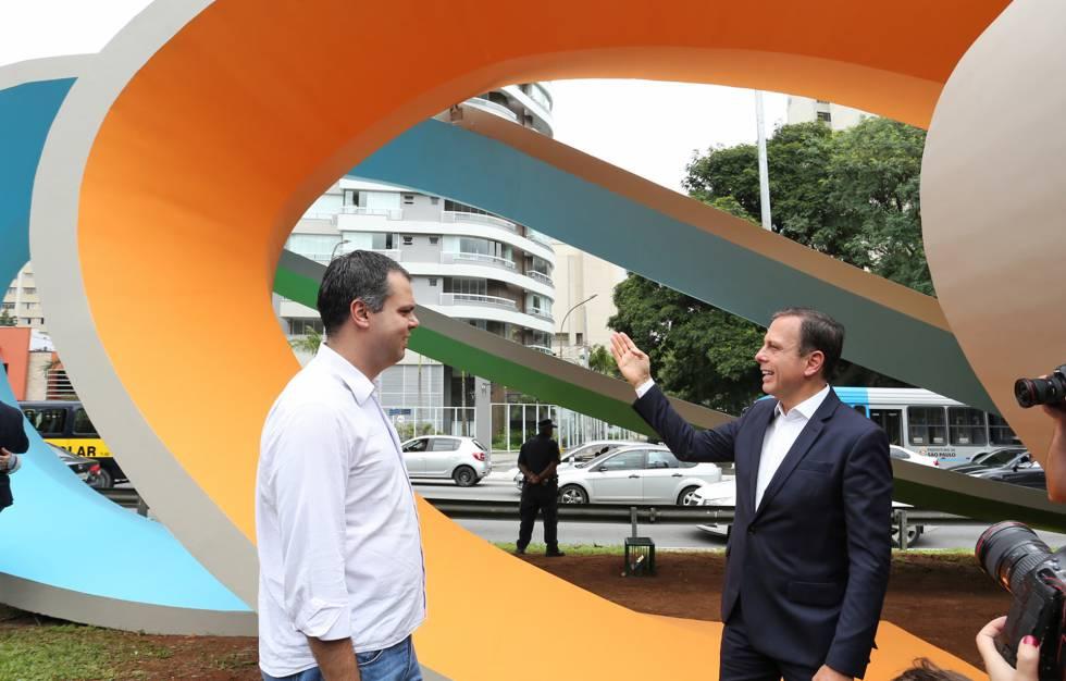 O prefeito João Doria apresenta, ao lado de seu vice, Bruno Covas, o monumento de Tomie Ohtake repintado.
