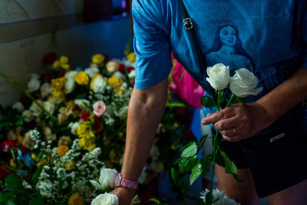 Devoto escolhe rosas brancas para Iemanjá.