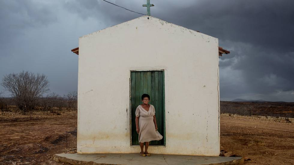 Maria Antônia Butão, de 77 anos, junto a uma pequena capela próxima a sua casa. Seus avós lutaram na guerra.