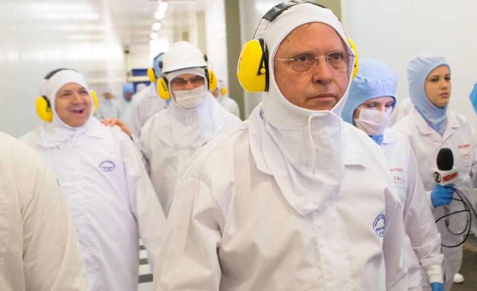 O Blairo Maggi inspeciona frigorífico no Paraná, na terça-feira, 21 de março.