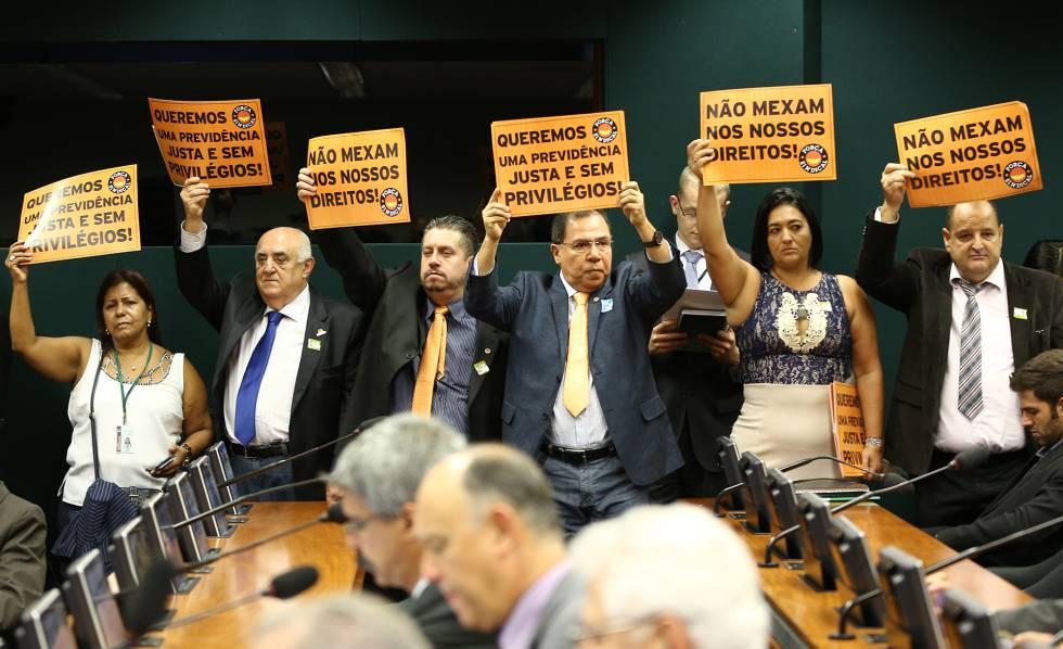 Protesto da Força Sindical durante reunião de comissão da Câmara em fevereiro.